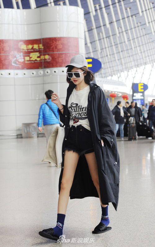 时尚博主Lin身着超短裤配风衣秀逆天长腿